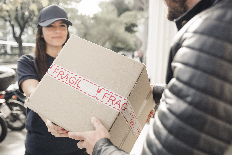 O transporte de carga frágil exige uma série de cuidados para salvaguardar o produto do cliente e ter uma entrega bem-sucedida. Saiba mais em nosso post.