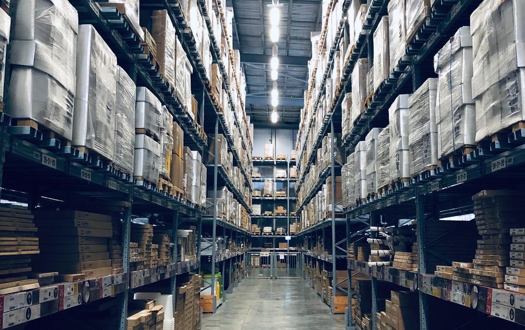 Armazenagem e estocagem são conceitos muito próximos e presentes no dia a dia das empresas de logística, mas você sabe a diferença entre os termos? Confira.